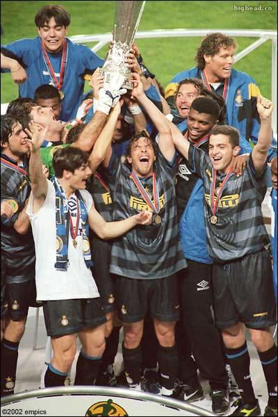 1998年联盟杯决赛国际米兰庆祝胜利照片