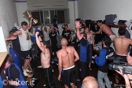 国际米兰在更衣室里庆祝七年来第一个冠军