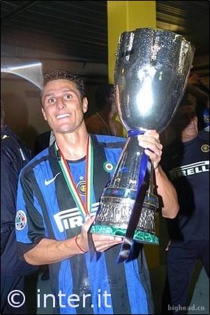哈维尔·扎内蒂第一次作为队长为国际米兰举杯